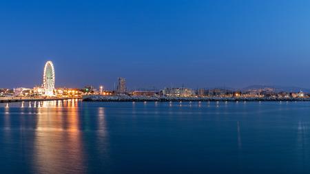 Rimini waterkant stadsgezicht 's avonds. Urban nachtverlichting