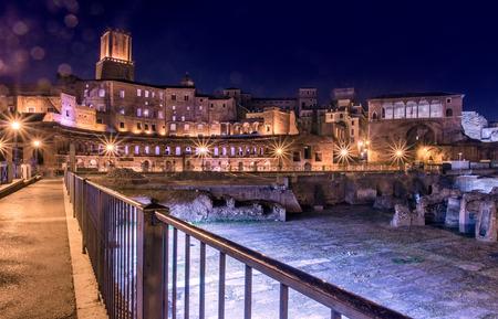 Roma, vista nocturna de los foros imperiales (Foro Imperial)
