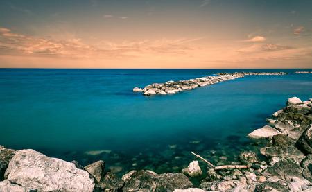 adn: mar preciosa al atardecer efecto colorido de la vendimia. azul agua verde del ADN y el cielo Foto de archivo