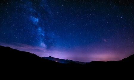 夜空の星天の川ブルー紫の空星空山脈を越えて