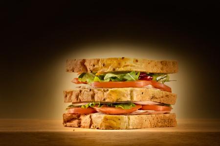 Broodje sandwich triple level spot licht, met salades, tomaten.