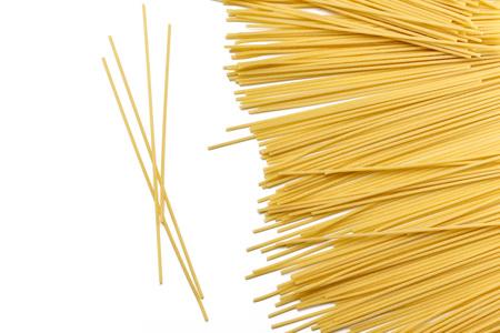 Spaghetti bucatini pasta Durum tarwe gemaakt, geïsoleerd op een witte achtergrond