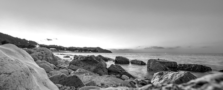 Water en rotsen. Zee landschap in zwart-wit
