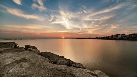 zonsopgang van zee met dramatische intense hemel. Geweldig landschap Stockfoto
