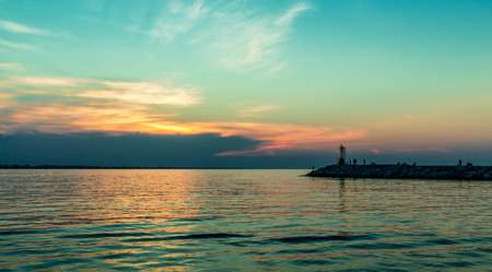 Gouden intense zonsondergang over zeegezicht. Rimini Italië