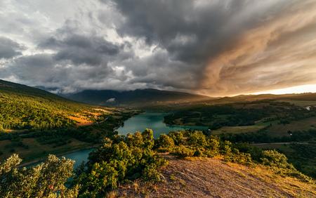 Dramatisch zonsondergang landschap op bergmeer. Sibillini park
