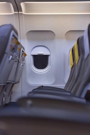 vliegtuigcabine interieur bekijken. Lege stoelen