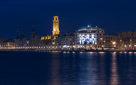 Bari Seafront Night Citylights Cityscape. kust bij twilight
