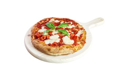 Italiaanse gastronomische pizza op houten snijplank. Focaccia met tomatensaus, basilicum en mozzarella Stockfoto