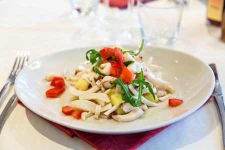 zeevruchten voorgerecht met groenten op de tafel van het restaurant