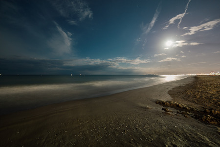 Night summer beach sand with full moon. Seascape Stockfoto