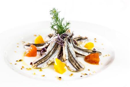 gemarineerde ansjovis. Gastronomisch restaurant Italiaans eten. witte achtergrond Stockfoto