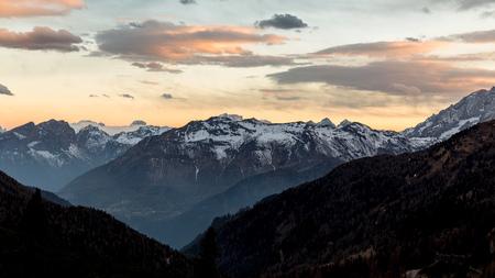 zonsondergang over berg. Dolomiti landschap in de schemering Stockfoto