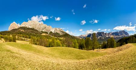 zomer landschap panorama bergen. Dolomieten Italië. blauwe hemel en groen gras