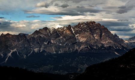 Zonsondergang bergen landschap panoramisch uitzicht. Dolomieten piek. Italië Stockfoto - 94388514