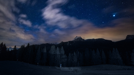 night sky stars and clouds over mountains Stockfoto