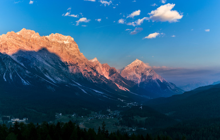 warm sunset landscape over mountains. Dolomites Italy Stockfoto
