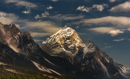 bergzonsondergang over dolomiti. Cortina d'Ampezzo, Italië