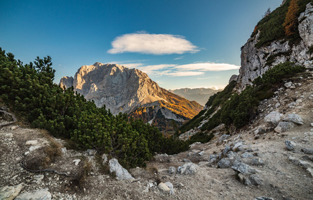 mountain path and view on the peaks at sunset. Panoramic landscape on Kranjska Gora Stockfoto