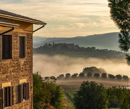dawn rural landscape with light fog. Italy sunrise panorama. country house. Zdjęcie Seryjne