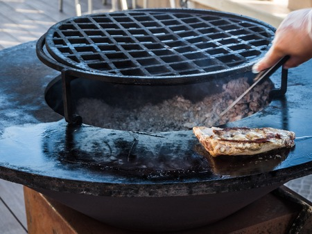 Cook prepares ribs on a circular grill in Sochi Stockfoto