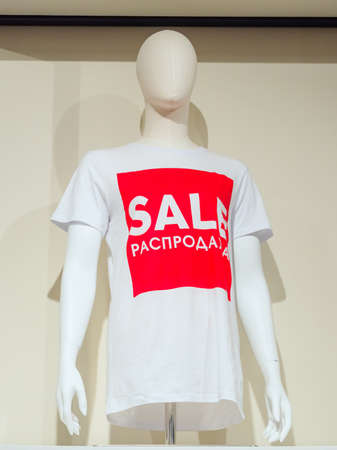 Sochi, Russia - 14 December 2019. White abstract mannequin in white t-shirt with white inscription SALE in a red square 新闻类图片