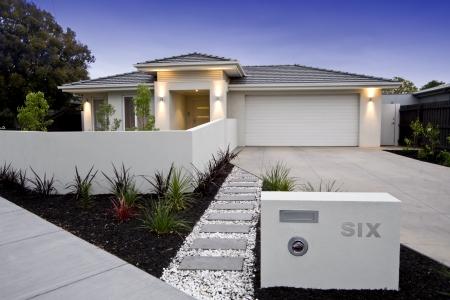 woonwijk: Buitengevel van een hedendaagse Australische woning dichtbij het strand. Stockfoto