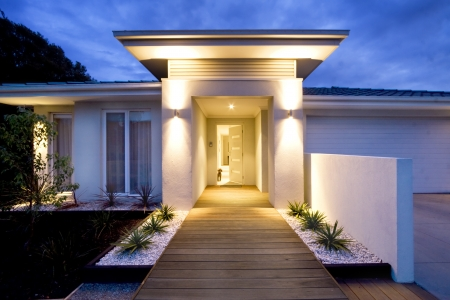 Grande entrée d'une maison contemporaine au crépuscule Banque d'images