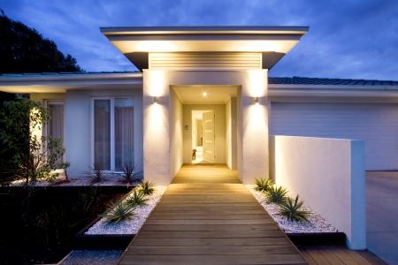 Großer Auftritt eines modernen Hauses in der Abenddämmerung Standard-Bild