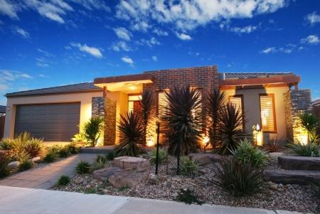 Dusk shot van een hedendaags nieuw huis in Melbourne, Australië
