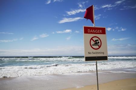 ahogarse: Playa de surf áspero en Surfers Paradise Australia con señal de peligro Foto de archivo
