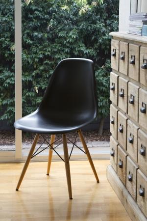 silla de madera: Dise�ador interior de la silla y buffet con jard�n fuera de la ventana