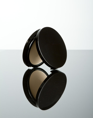 Pressed powder makeup compact with reflection