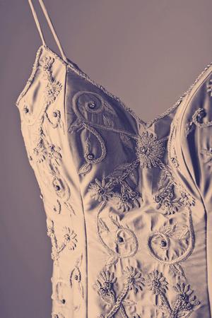EVENING DRESS: De cerca los detalles de vestido de novia de estilo vintage en una percha
