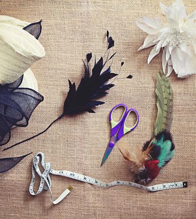 sombrero: Materiales sombrerer�a deconstruido y herramientas para la fabricaci�n de sombreros Foto de archivo