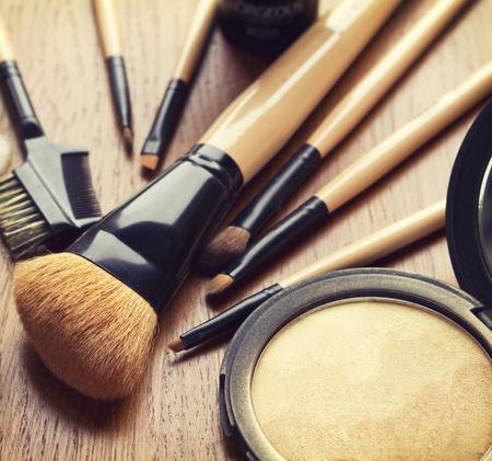 Set van make-up kwasten en goud bronzer highlighter poeder Stockfoto