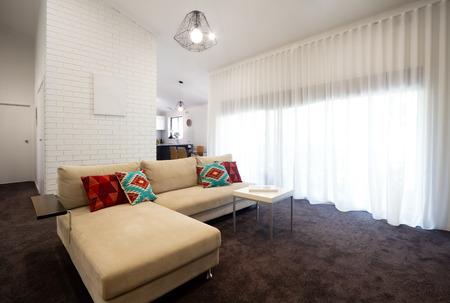 Eigentijdse villa woonkamer met vitrages Stockfoto