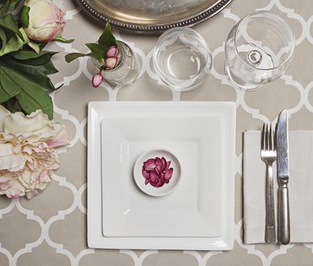 Bovenaanzicht van een elegante vintage Marokkaanse bruiloft receptie tafel instelling