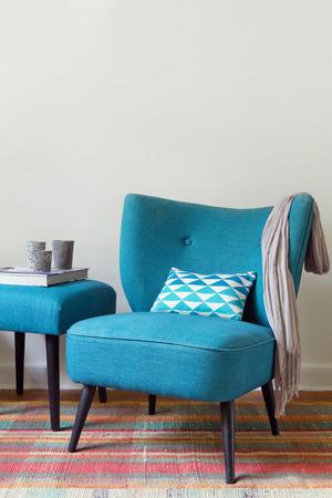 Sillón verde azulado retro y elementos de decoración interior de una casa otomana