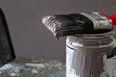 Cerca de la pintura mojada en cerdas del cepillo en el crisol de la muestra horizontal Foto de archivo - 43608685