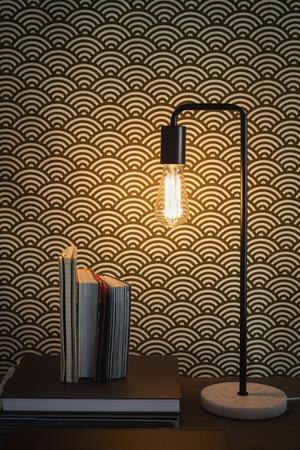 エジソンのフィラメントのテーブル ランプや本の現代的なホーム インテリア 写真素材