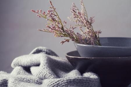 cocina antigua: Todavía cuencos grises vendimia vida con flores de color rosa y horizontal de la bufanda de lana Foto de archivo