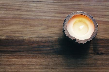 candela: Overhead di un decorativo candela brucia su un fondo in legno