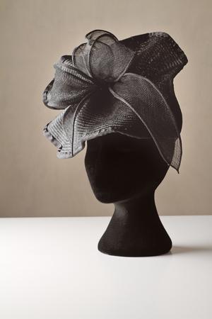 kapelusze: Czarne damskie akcesoria ubrać kapelusz na wiosnę wyścigów karnawał Zdjęcie Seryjne