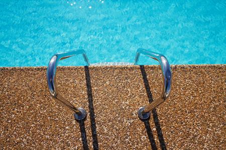 invitando: Vista de arriba de invitar a escalones de la piscina de nataci�n aqua y pavimentaci�n de mezcla de gravilla