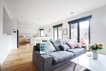 Open woonkamer keuken modern huis met grijze bank