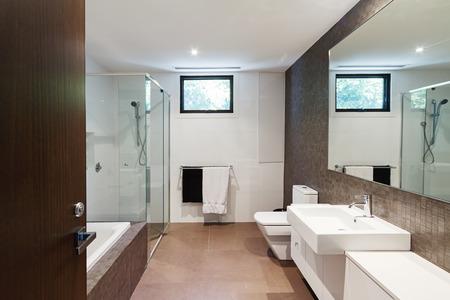 Współczesna brązowe naturalne odcienie rodzinnej łazienki w nowoczesnym domu