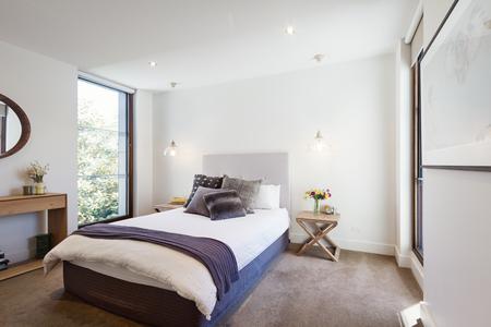 Interior de lujo habitaciones y diseñada con cómodas almohadas y alfombra y luces colgantes