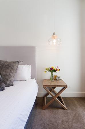 Hamptons stijl nachtkastje met opknoping hanglamp in luxe huis inter