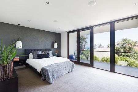 abrir puertas: Amplio dormitorio principal de entre el dise�ador en casa contempor�nea australiana de lujo Foto de archivo